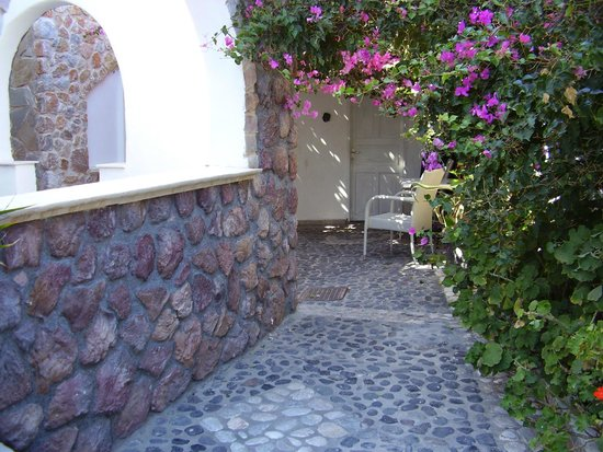 Atalos Suites: Through the gate into a gorgeous courtyard