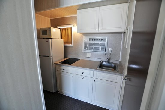 Lark Motel : Newly renovated kitchens in all A units
