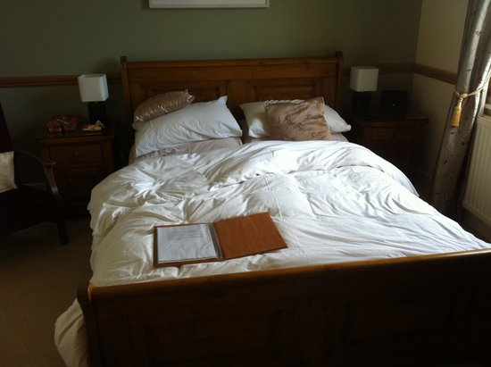 St George's Country House Hotel: very comfy sleigh bed