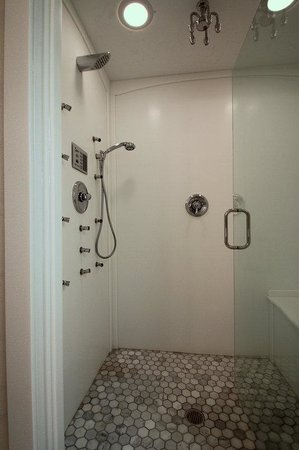 BEST WESTERN Designer Inn & Suites: Roman Palace Suite Shower