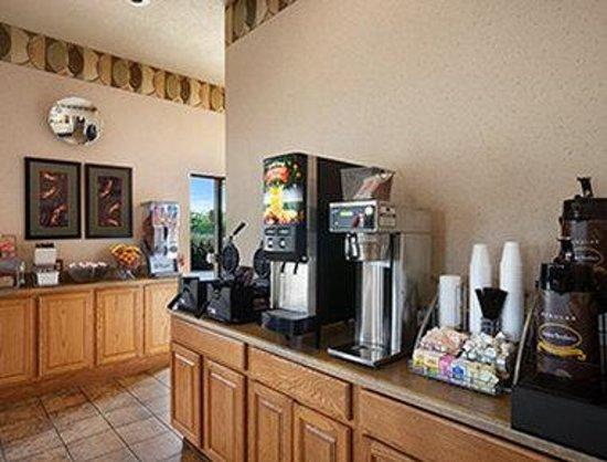 Super 8 Collinsville St. Louis: Breakfast Area