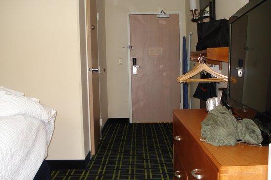 Fairfield Inn Portland Maine Mall: Entrance so narrow, closet consist of some hangers
