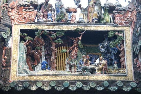 Chen Clan Ancestral Hall-Folk Craft Museum : Фрагмент резьбы по дереву, украшающий крышу академии