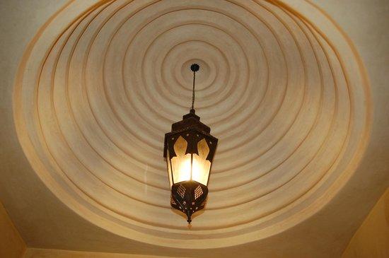 Riad Les Trois Palmiers El Bacha: plafond chambre