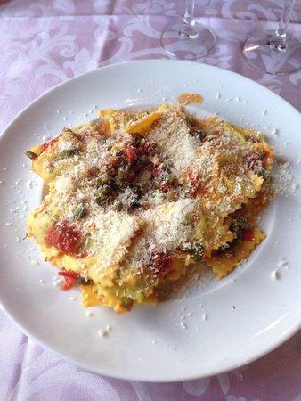 Osteria Belvedere: Ravioli di ricotta e spinaci con pomodorini, asparagi e pinoli