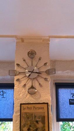 Petit Paris: Lustige Uhr!