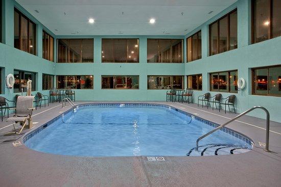 Hampton Inn Sevierville: Swimming pool is lite at night.