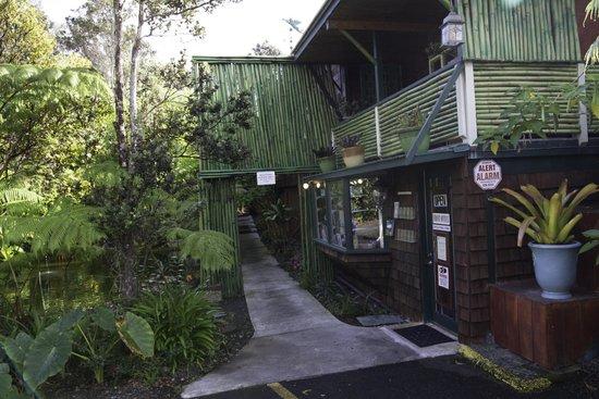 Volcano Hale: Vue extérieure de la réception et de la salle de petit déjeuner