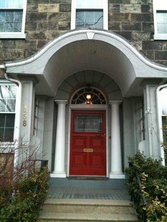Hamilton Guesthouse: Front entrance