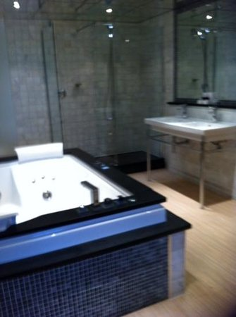 Best Western Premier Doncaster Mount Pleasant Hotel: the huge bath
