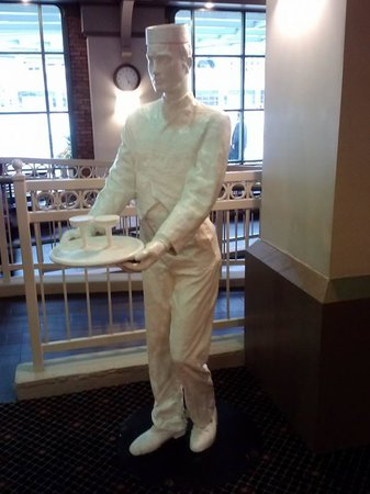 Crowne Plaza Indianapolis Downtown (Union Station): Statue in lobby