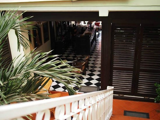 Hotel Khamvongsa: The view into the breakfast room from the staircase