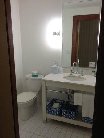 Four Points by Sheraton Saskatoon: Bathroom