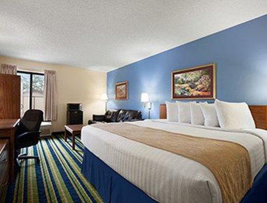 Days Inn Fargo: King Bed Suite