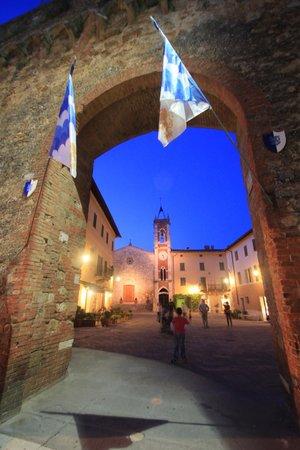 Сан-Куйрико-д'Орча, Италия: Porta Nuova, San Quirico