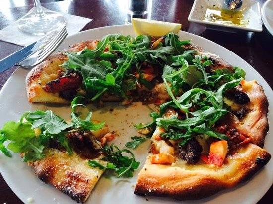 The Boathouse Waterfront Hotel : Lobster and Steak pizza with Mozzarella
