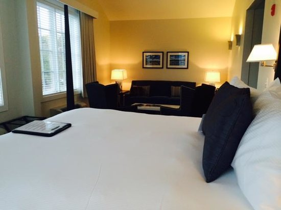 The Boathouse Waterfront Hotel : Cozy Bed!