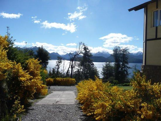 Hosteria Le Lac: Vista al lago desde el jardin