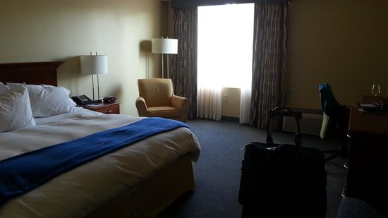 UMass Lowell Inn & Conference Center: spartan room, no wall decor, minimal seating