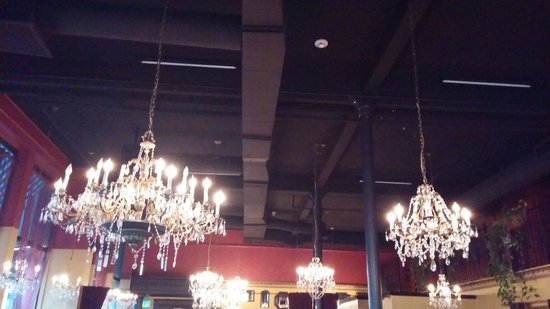 Mama Mia Trattoria: The lovely chandeliers