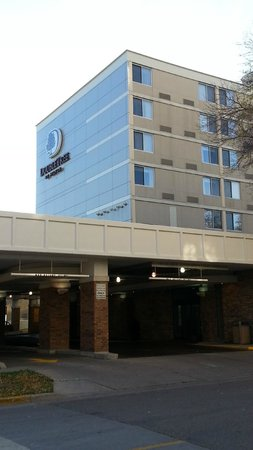 DoubleTree by Hilton Hotel Madison: Entrance area and outside of hotel