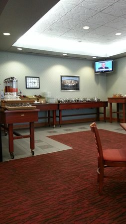 DoubleTree by Hilton Hotel Madison: Breakfast buffet area