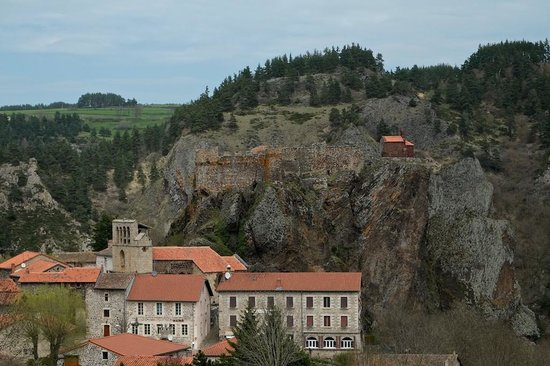 Arlempdes: Looking across to the Château d'Arlempdes and the Chapelle Saint-Jacques