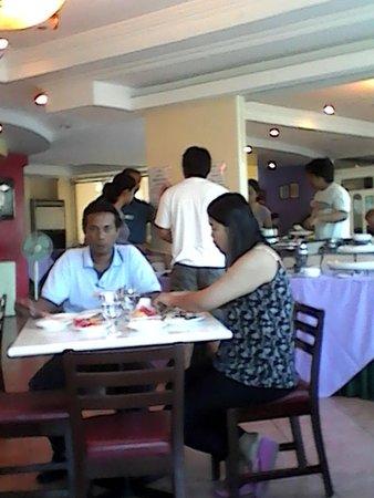 Golden Peak Hotel & Suites Cebu : breakfast at restaurant