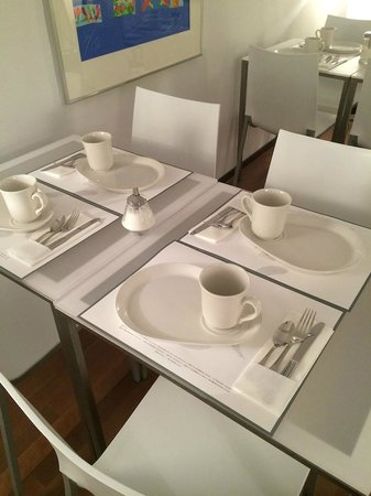 Diana Dauphine : beautifully set tables in the dining/breakfast room