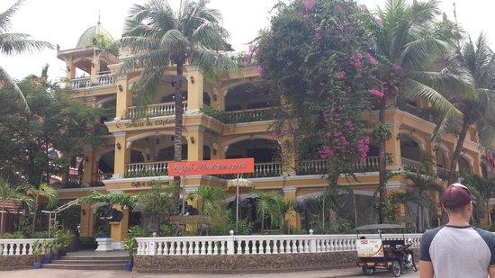 Terrasse des Elephants: outside hotel