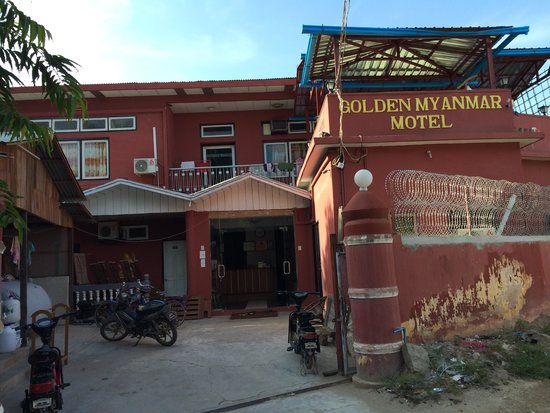 Golden Myanmar Guest House: この建物が目印