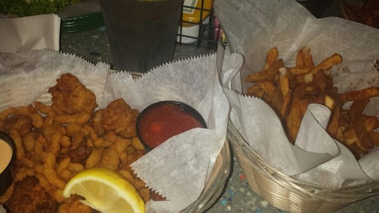 Crackers Bar & Grill: Fried Clams, gator and conch appitizer with Cajun fries