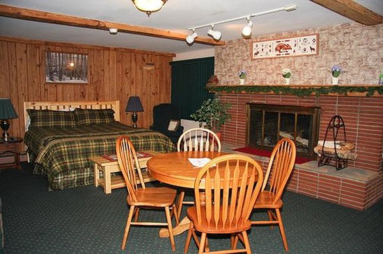 Country House Motel : Our Fireplace King room