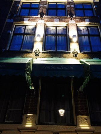 Rembrandtplein Hotel: The outside of the hotel before sunrise