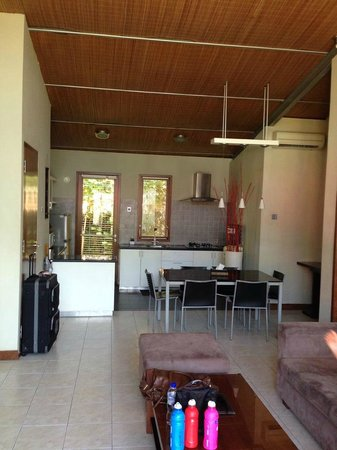 Villa Puri Ayu: Kitchen dining lounge area