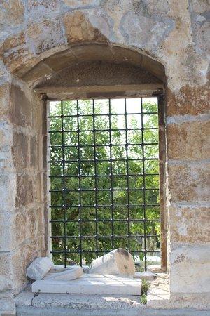 Isa Bey Mosque: Окно во двор.