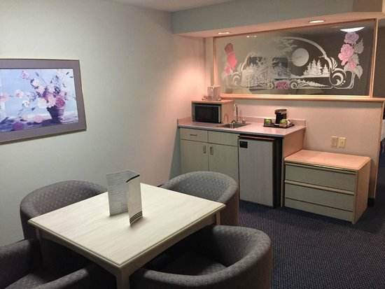Shilo Inn Suites Hotel - Portland Airport: Kitchen and dinning zone