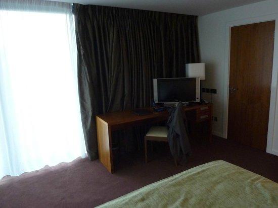 Clayton Hotel Galway: Télévision petite par rapport à la taille de la chambre