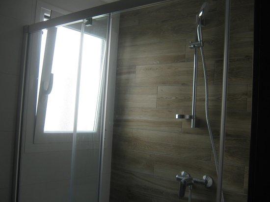 Apartamentos AR Muntanya Mar: new shower
