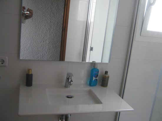 Apartamentos AR Muntanya Mar: new sink and mirror
