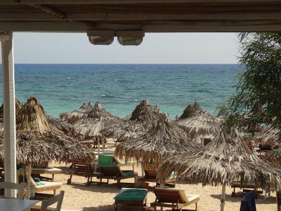 Grecian Bay Hotel: Strand