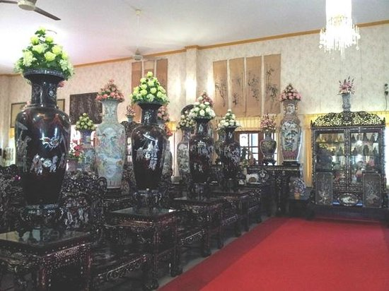 Wat Khao Sukim Mother Of Pearl Furniture And Chinese Vases
