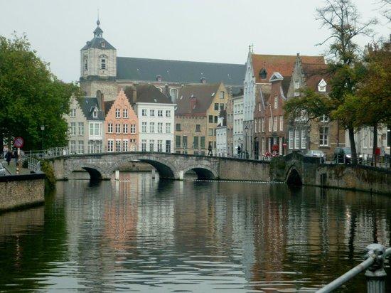 Hotel Fevery: Local canal bridge