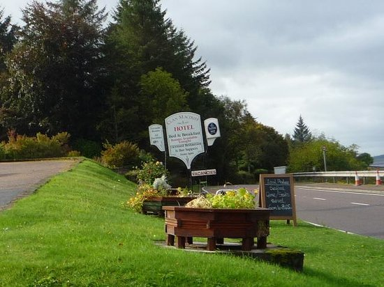 Clan Macduff Hotel: Sign of hotel