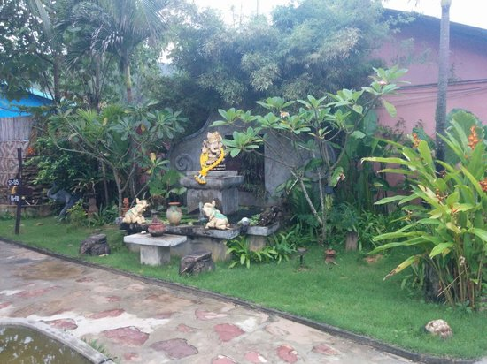 Cha-Ba Bungalows & Art Gallery: More of the beautiful art and green spaces