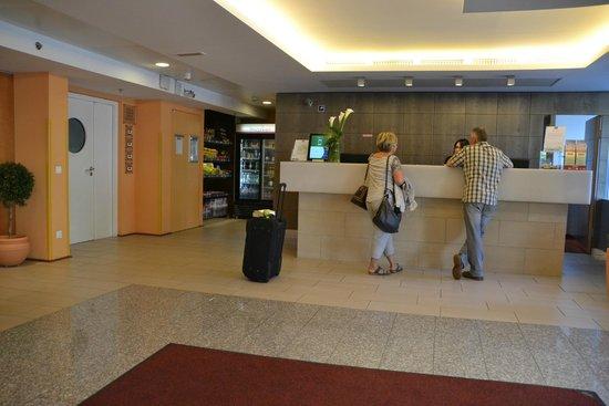 Courtyard by Marriott Vienna Schoenbrunn: Recepción hotel y minimarket