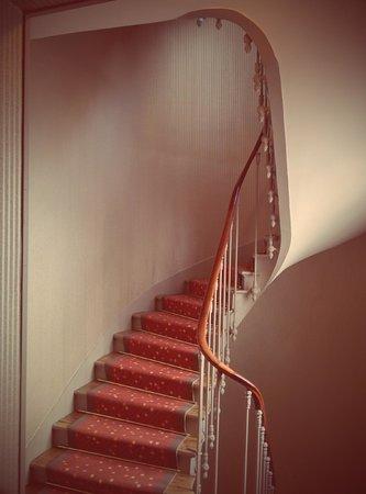 Hôtel de Seine : подняться наверх можно как на лифте, так и по винтовой лестнице