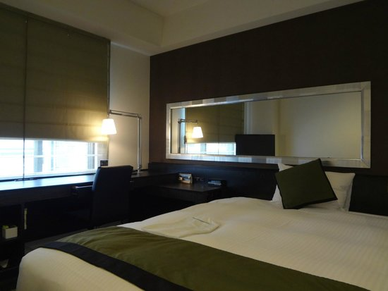 Hotel Vista Premio Dojima: 机もベッドもゆったり