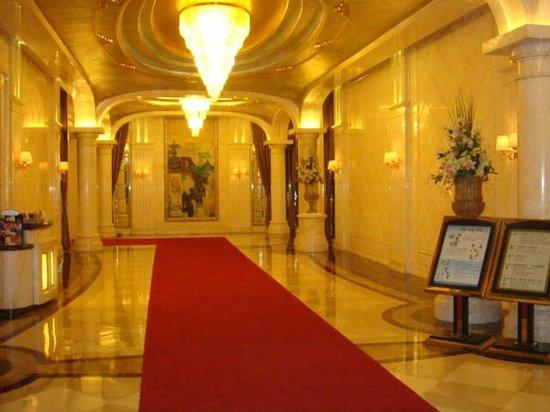 Ritan Hotel: Вход в отель