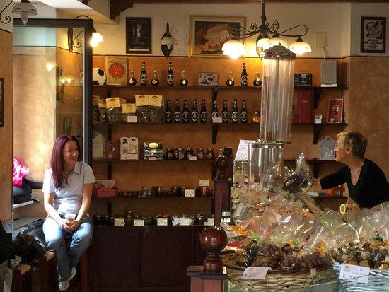 Cioccolateria Gelateria Augusta Perusia: L'interno con la signora Rita